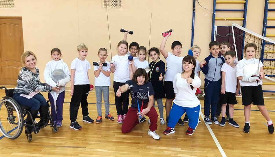Фехтование, пауэрлифтинг и бочча: в московской школе прошёл фестиваль параспорта
