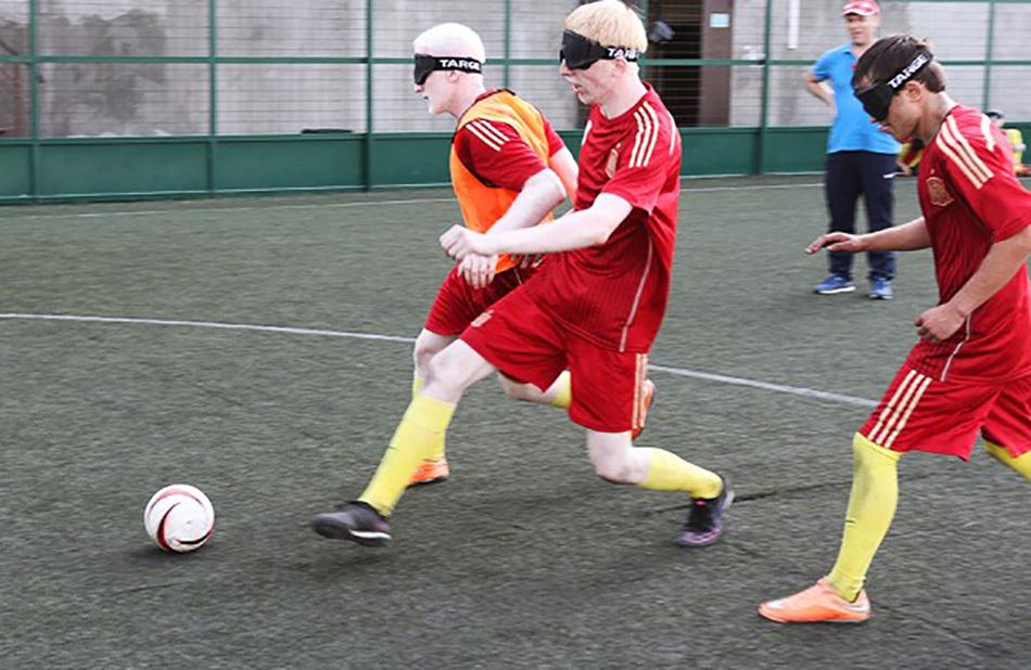 Давайте играть в футбол вместе!