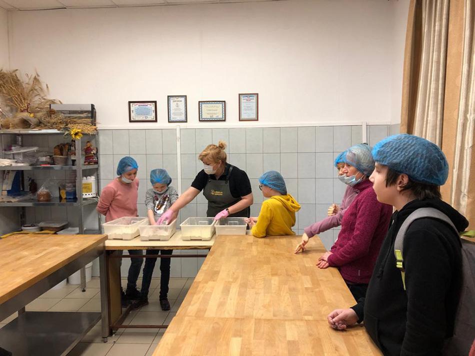 Учились различать муку и декорировать булочки: как прошла экскурсия в пекарню